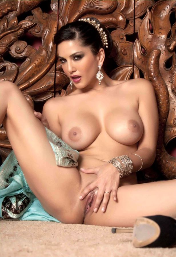 sunny leone touching her pussy
