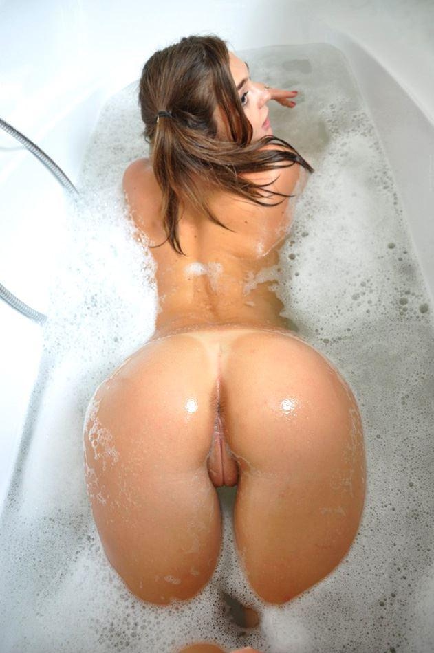 girl shows her ass in bathtube
