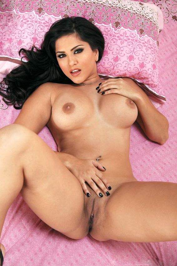 sunny leone playing with her pussy