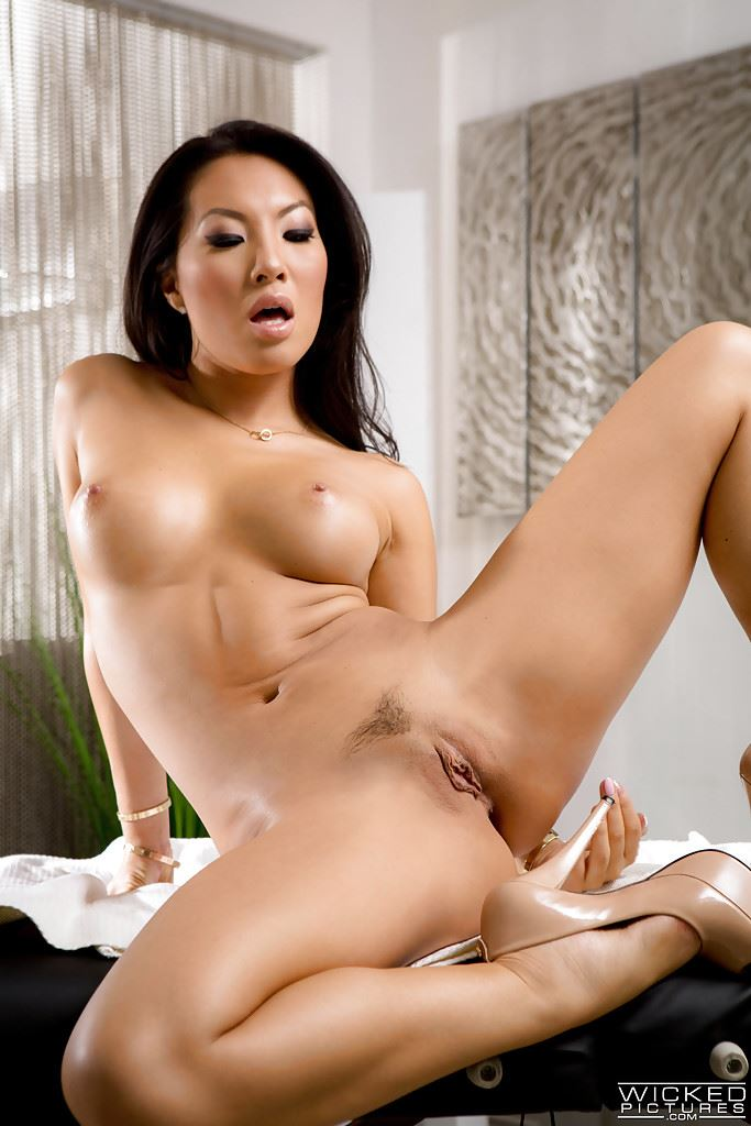 HD Gallery: Asa Akira in solo action fingering her pussy