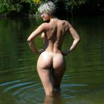 naked girlfriend with big ass goes swimming