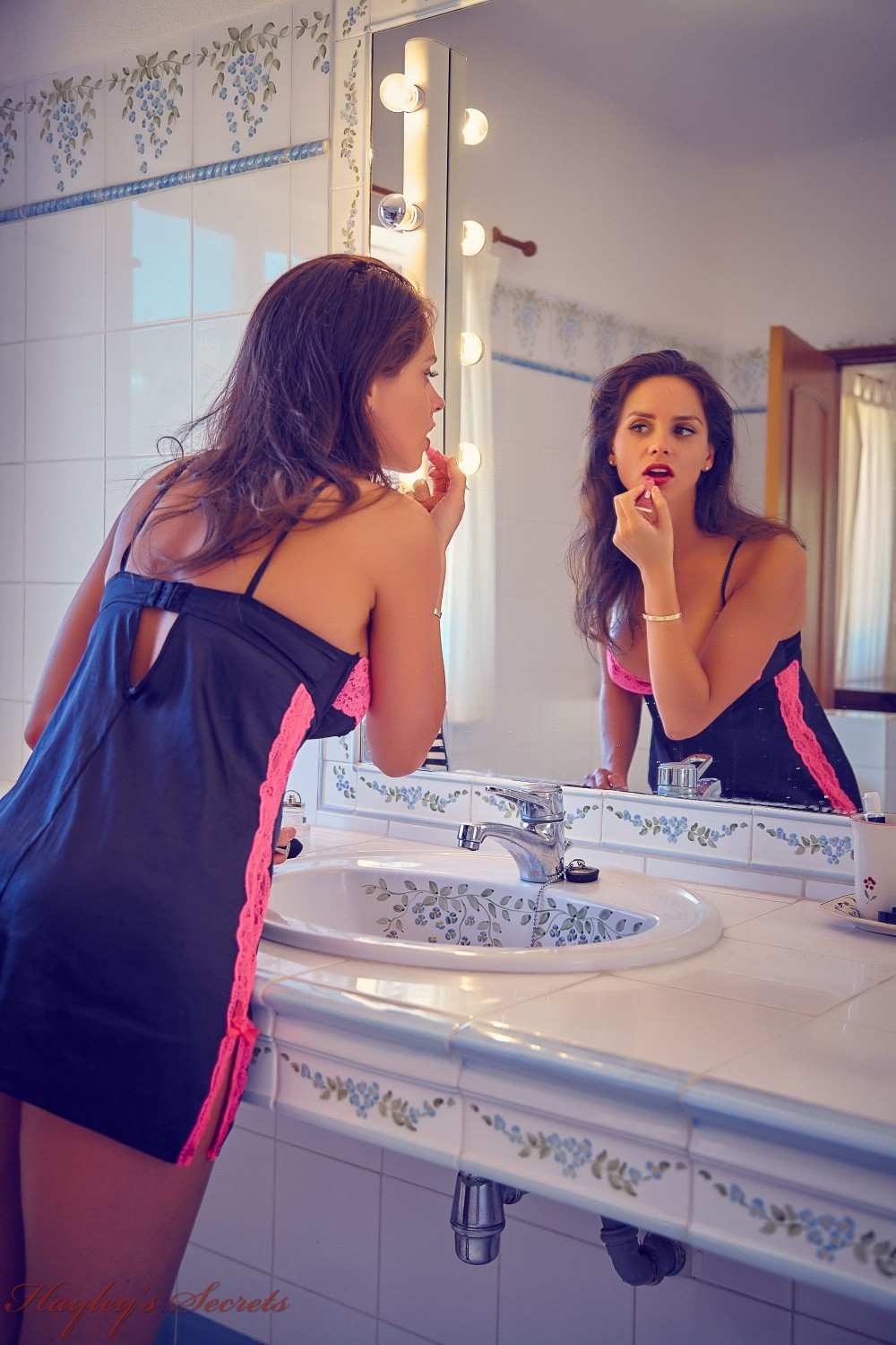 12 Candid Pics Of Adele Taylor Putting On Makeup In The -7641